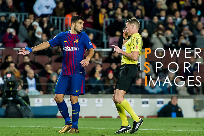 Luis Alberto Suarez Diaz (L) of FC Barcelona speaks with the referee Alejandro Jose Hernandez Hernandez during the Copa Del Rey 2017-18 Round of 16 (2nd leg) match between FC Barcelona and RC Celta de Vigo at Camp Nou on 11 January 2018 in Barcelona, Spain. Photo by Vicens Gimenez / Power Sport Images
