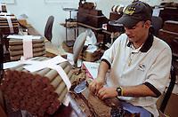 """Iles Bahamas / New Providence et Paradise Island / Nassau: Hotel """"le Graycliff"""" ou Enrico Garzaroli fait produire ses cigares """"Graycliff"""" - Torcedor roulant les feuilles de tabac à la main"""