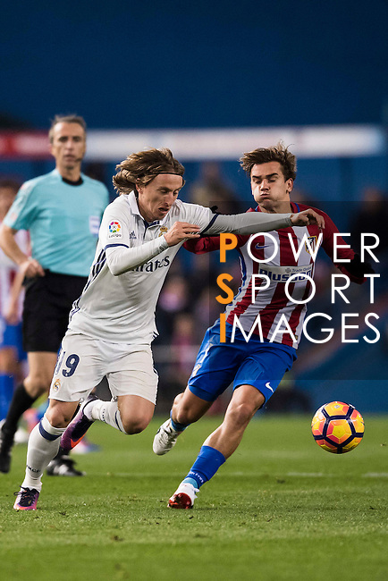 Luka Modric of Real Madrid battles for the ball with Antoine Griezmann of Atletico de Madrid during their La Liga match between Atletico de Madrid and Real Madrid at the Vicente Calderón Stadium on 19 November 2016 in Madrid, Spain. Photo by Diego Gonzalez Souto / Power Sport Images