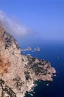 Blick vom Belvedere Migliara auf Faraglioni-Felsen, Capri, Italien