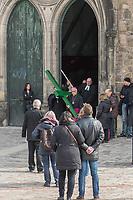 Berliner Karfreitagsprozession am 30. Maerz 2018 unter anderem mit dem Bischof der Evangelische Kirche Berlin-Brandenburg-schlesische Oberlausitz, Markus Droege und dem  katholischen Erzbischof von Berlin, Heiner Koch. Die Prozession zog durch die historische Mitte von Berlin und wurde vom Evangelischen Kirchenkreis Berlin Stadtmitte veranstaltet. Mehrere hundert Menschen nahmen an der Prozession teil und gedachten der Hinrichtung von Jesus Christus.<br /> Im Bild: Das Kreuz wird aus der Marien-Kirche in Berlin-Mitte getragen.<br /> Links verdeckt:  der Bischof der Evangelischen Kirche Berlin-Brandenburg-schlesische Oberlausitz Markus Droege.<br /> Rechts: der katholische Erzbischof von Berlin, Heiner Koch.<br /> 30.3.2018, Berlin<br /> Copyright: Christian-Ditsch.de<br /> [Inhaltsveraendernde Manipulation des Fotos nur nach ausdruecklicher Genehmigung des Fotografen. Vereinbarungen ueber Abtretung von Persoenlichkeitsrechten/Model Release der abgebildeten Person/Personen liegen nicht vor. NO MODEL RELEASE! Nur fuer Redaktionelle Zwecke. Don't publish without copyright Christian-Ditsch.de, Veroeffentlichung nur mit Fotografennennung, sowie gegen Honorar, MwSt. und Beleg. Konto: I N G - D i B a, IBAN DE58500105175400192269, BIC INGDDEFFXXX, Kontakt: post@christian-ditsch.de<br /> Bei der Bearbeitung der Dateiinformationen darf die Urheberkennzeichnung in den EXIF- und  IPTC-Daten nicht entfernt werden, diese sind in digitalen Medien nach §95c UrhG rechtlich geschuetzt. Der Urhebervermerk wird gemaess §13 UrhG verlangt.]