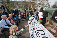 Fluechtlingscamp auf dem Oranienplatz in Berlin-Kreuzberg.<br />In langwierigen Verhandlungen haben Verantwortlich von Bezirk und Senat mit einem Teil der auf dem Lampedusa-Fluechttlinge, die seit ueber 1 1/2 Jahren auf dem Kreuzberger Oranienplatz campieren, eine Abmachung getroffen in der festgehalten ist, dass die Fluechtlinge in eine feste Unterkunft einziehen koennen und ihre Antraege auf Asyl wohlwollend geprueft werden. Das Verhandlungsergebnis wurde am Dienstag den 1. April 2014 auf einer improvisierten Pressekonferenz vom selbsternannten Wortfuehrer der Oranienplatz-Fluechtlinge vorgetragen. Zur Bekraeftigung zeigte er zu der Vereinbarung eine Liste mit Unterschriften von umzugswilligen Fluechtlingen. Fluechtlinge die schon vor einem Jahr in eine ebenfalls in Kreuzberg gelegene leerstehende Schule gezogen waren, sind laut eigener  von Bezirk, Senat und dem selbsternannten Sprecher nicht in die Verhandlungen mit einbezogen worden. Dennoch behauptete der selbsternannte Fluechtlingssprecher, sie seien mit der Vereinbarung einverstanden. Auf der Pressekonferenz brach daraufhin ein lautstarker Streit unter den Fluechtlingen aus. Die Fluechtlinge aus der Schule fuehlten sich zum wiederholten Mal vom selbsternannten Sprecher hintergangen.<br />Etwa 25-30 Fluechtlinge vom Oranienplatz begaben sich dann zu der angebotenen Unterkunft in dem benachbarten Stadtteil Friedrichshain.<br />Im Bild: Die Fluechtlinge praesentieren die Vereinbarung und die Unterschriftenlisten. Rechts der selbsternannte Sprecher der Fluechtlinge vom Oranienplatz.<br />1.4.2014, Berlin<br />Copyright: Christian-Ditsch.de<br />[Inhaltsveraendernde Manipulation des Fotos nur nach ausdruecklicher Genehmigung des Fotografen. Vereinbarungen ueber Abtretung von Persoenlichkeitsrechten/Model Release der abgebildeten Person/Personen liegen nicht vor. NO MODEL RELEASE! Don't publish without copyright Christian-Ditsch.de, Veroeffentlichung nur mit Fotografennennung, sowie gegen Honorar, MwSt. und Beleg.