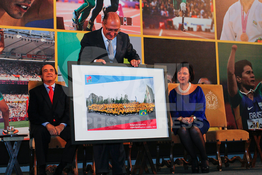 ATENÇÃO EDITOR: FOTO EMBARGADA PARA VEÍCULOS INTERNACIONAIS. SAO PAULO, 11 DE SETEMBRO DE 2012.  GOVERNADOR ALCKMIN RECEBE ATLETAS PARAOLIMPICOS. o Governador de Sao Paulo, Geraldo Alckmin, recebe  os atletas paraolimpicos  na manha desta terça feira no Palacio dos Bandeirantes, na zona sul da capital paulista. FOTO ADRIANA SPACA - BRAZIL PHOTO PRESS