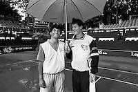 1989, Hilversum, Dutch Open, Melkhuisje, Finale verregend en de finalisten Emilio Sanchez en Karel Novacek poseren onder een plu
