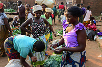 MALAWI, Thyolo, women sell vegetables on market in Bvumbwe / MALAWI, Thyolo, Frauen verkaufen Gemüse auf dem Markt in Bvumbwe, Farmerin Ethel Mikayelo, 27 verkauft Gemuese auf dem Markt in Bvumbwe