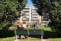 """Milano, quartiere Bovisa, periferia nord. La """"Casa Ecologica"""" e il giardino pubblico gestito dalla Cooperativa della Casa Ecologica - Bovisa90,  sull'area dell'ex Armenia Films (Milano Films - prima casa di produzione cinematografica italiana del primo novecento). Panchina al campo giochi --- Milan, Bovisa district, north periphery. The """"ecological house"""" and its public park managed by the Casa Ecologica - Bovisa90 cooperative, on the area of former Armenia Films (Milano Films - Italy's first film production company from the early twentieth century). Bench at the playground"""