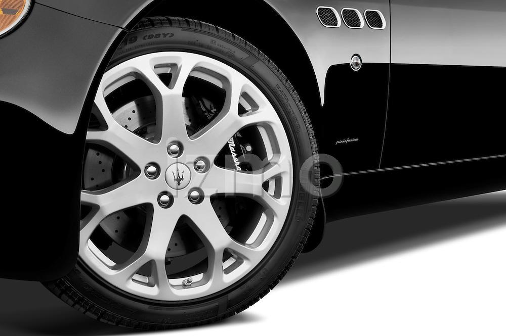 Tire and wheel close up detail view of a 2009 Maserati Quattroporte S Sedan