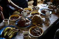 KENYA, Kaimosi, NGO RSP Rural Service Programme promote farming of traditional crops and crop diversity for healthy nutrition amongst small scale farmers, table with different food / KENIA, Kisumu County, Kaimosi, NGO RSP Rural Service Programme, Unterstuetzung von Kleinbauern beim biologischen Anbau von traditionellen Sorten, Sortenvielfalt und Verbesserung einer gesunden Ernaehrung, Familie Mable Kagesha und Christopher Itayi