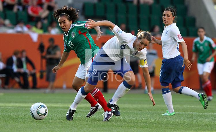 Wolfsburg , 270611 , FIFA / Frauen Weltmeisterschaft 2011 / Womens Worldcup 2011 , Gruppe B  ,  .England - Mexico .Casey Stoney (England) gegen Monica Ocampo (Mexico) .Foto:Karina Hessland .