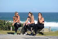Rio de Janeiro (RJ), 26/04/2020 - Covid-19 -Rio - Movimentacao de surfistas e banhistas na praia da Barra da Tijuca, na zona oeste da cidade do Rio de Janeiro,depois do uso obrigatorio de mascaras de protecao e da proibicao de pessoas na praia,neste domingo (26). (Foto: Alexandre Durao/Codigo 19/Codigo 19)