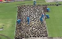 BOGOTA -COLOMBIA, 24-08-2016. El IDRD inicio proceso de mejoramiento de la cancha del estadio de El Campín , con un inversión de 900 millones de pesos y cuyas obra se encuentran a cargo de la firma de ingenieros EQUIVER  las cuales consisten en cambiar el geotextil y el  sustrato que llevan diez años de uso y actualmente no permiten el drenaje en caso de lluvias.  The IDRD start breeding process of the court of El Campin Stadium, with an investment of 900 million pesos and whose works are in charge of the engineering firm EQUIVER which consist of changing the geotextile and the substrate during a decade currently use and do not allow drainage in case of rain.  Photo:VizzorImage / Felipe Caicedo  / Staff