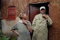 Addis Abeba,Etiopia. Uomo e donna fuori dalla propria casa in una zona suburbana della città..Man and woman outside their home