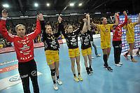 Handball EHC Pokal der Pokalsieger - Spiel zwischen Handballclub Leipzig (HCL) gegen WHC Metalurg Skopje in der Arena Leipzig. .IM BILD: Jubel beim HCL nach dem Abpiff - v.l. HCL Torfrau Katja Schülke / Schuelke (HCL), Karolina Kudlacz (HCL), Alexandra Mazzucco (HCL), Marlene Windisch (HCL), Luisa Schulze (HCL), HCL Torfrau Julia Plöger / Ploeger (HCL), Anne Hubinger (HCL) .Foto: Christian Nitsche.  Jegliche kommerzielle Nutzung ist honorar- und mehrwertsteuerpflichtig! Persönlichkeitsrechte sind zu wahren. Es wird keine Haftung übernommen bei Verletzung von Rechten Dritter. Autoren-Nennung gem. §13 UrhGes. wird verlangt. Weitergabe an Dritte nur nach vorheriger Absprache.