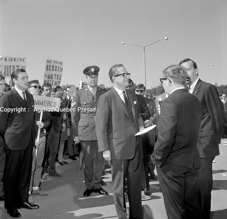 Des manifestants acceuillent le Premier Ministre unioniste <br /> Daniel Johnson<br /> lors du Lancement de la campagne de souscription de l'universitee Laval, 20 aout 1966<br /> <br /> PHOTO :  Agence Quebec Presse - Photo Moderne