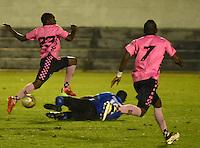 TUNJA - COLOMBIA -28-10-2016: Deiner Cordoba (Izq.) jugador de Boyaca Chico FC disputa el balón con Miguel Solis (Der.) portero de Atletico Huila, durante partido Boyaca Chico FC y Atletico Huila, de la fecha 18 de la Liga Aguila II-2016, jugado en el estadio La Independencia de la ciudad de Tunja. / Deiner Cordoba (L) player of Boyaca Chico FC vies for the ball with Miguel Solis (R) goalkeeper of Atletico Huila, during a match Boyaca Chico FC and Atletico Huila, for the date 18 of the Liga Aguila II-2016 at the La Independencia  stadium in Tunja city, Photo: VizzorImage  / Cesar Melgarejo / Cont.