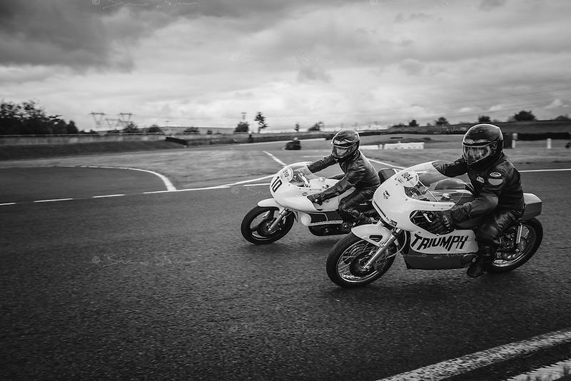 Circuit Carole, près de Paris, Septembre 2016<br />Chaque année, les Trophées Gérard Jumeaux rassemblent des enthousiastes autour de magnifiques motos anciennes. Vitesse (parfois), amitié (toujours) et bonheur (immense) sont les ingrédients de ce formidable moment de passion.