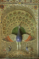 """Asie/Inde/Rajasthan/Udaipur: Le """"City Palace"""" palais du roi sur le lac Pichola (D'une longueur de près de 500M, ce vaste ensemble de marbre et de granit fut érigé à partir du règne d'Udai Singh (1537-1572) fondateur de la ville) - Cour des paons - Véhicule de la femme de Brahma"""