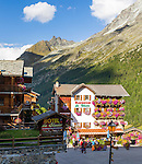 Switzerland, Canton Valais, Evolène - district Arolla: summer and winter resort at the end of the Val d'Hérens - Hotel du Glacier at village centre | Schweiz, Kanton Wallis, Evolène - Ortsteil Arolla: Sommer- und Winterferienort im oberen Talabschluss des Val d'Hérens (Eringertal) - Hotel du Glacier im Ortszentrum