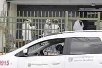 Campinas (SP), 24/04/2020 - Covid-19/Asilo - A Vigilancia Sanitaria da cidade de Campinas (SP) interditou na tarde desta sexta-feira (24) um asilo clandestino que nao possui licenca e abrigava outros 19 idosos, localizado no bairro Jardim Guanabara, apos a morte de um morador do local ser confirmada para Covid-19.  A acao precisou de apoio da Policia Civil, em operacao em conjunto com o Ministerio Publico e a Prefeitura de Campinas. A dona do estabelecimento sera investigada.<br /> Segundo a Vigilancia, o idoso que teve o obito confirmado nesta sexta-feira (24) por Covid-19 era morador do asilo. O homem tinha 71 anos e morreu no dia 4 abril, e foi o primeiro caso de um idoso diagnosticado com covid-19 que morava em uma casa de repouso.   <br /> Com a confirmacao da causa da morte pelo coronavirus, a Prefeitura foi ontem (22) no asilo, para verificar a situacao do local e confirmar se havia outros idosos na casa. No entanto, a entrada foi barrada pela proprietaria da casa.   (Foto: Denny Cesare/Codigo 19/Codigo 19)