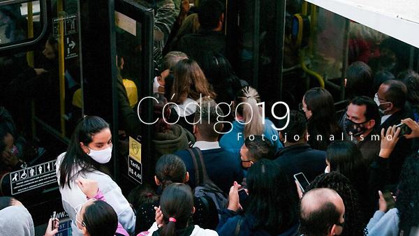 SÃO PAULO, SP, 19.05.2021:  Greve Metrô SP - Movimentação de passageiros no ponto de ônibus em frente a da estação da Luz  na manhã desta quarta -feira (19). As estações do Metrô das linhas Azul, Verde , Vermelha e Prata  amanheceram fechadas devido a greve dos metroviários.