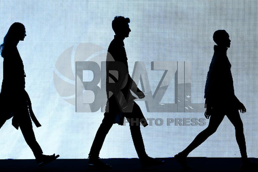 SAO PAULO, SP, 06.11.2014. SPFW OUTONO/INVERNO 2015 - OSKLEN  - Desfile da coleção inverno 2015 da marca Osklen durante o <br /> quarto dia de destiles da 38• edição da São Paulo Fashion Week - outono/inverno 2015, no Parque Candido Portinari.  (Foto: Vanessa Carvalho / Brazil Photo Press).