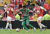 BOGOTÁ -COLOMBIA, 02-04-2016. Luis Manuel Seijas (Der.) jugador de Santa Fe disputa el balón con Kevin Rendon (Izq.) jugador de Patriotas durante partido entre Independiente Santa Fe y Patriotas FC por la fecha 11 de la Liga Aguila I 2016 jugado en el estadio Nemesio Camacho El Campin de la ciudad de Bogota.  / Luis Manuel Seijas (R) player of Santa Fe struggles for the ball with Kevin Rendon (L) player of Patriotas during match between Independiente Santa Fe and Patriotas FC for date 11 of the Liga Aguila I 2016 played at the Nemesio Camacho El Campin Stadium in Bogota city. Photo: VizzorImage/ Gabriel Aponte / Staff