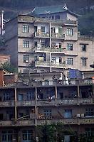 Am Yangtze-Fluss in der Provinz Hubei / China<br /> Die chinesische Regierung plant in der Provinz Hubei den Yangtze-Fluss mit einem Staudamm zur Stromgewinnung aufzustauen. Dabei werden ca. 3 Millionen Menschen umgesiedelt.<br /> Hier: Blick auf Zigui. Der Ort wird vom Staudamm ueberspuelt werden und mehrere tausend Menschen verlieren ihre Heimat.<br /> 1992, Zigui, Provinz Hubei / China<br /> Copyright: Christian-Ditsch.de<br /> [Inhaltsveraendernde Manipulation des Fotos nur nach ausdruecklicher Genehmigung des Fotografen. Vereinbarungen ueber Abtretung von Persoenlichkeitsrechten/Model Release der abgebildeten Person/Personen liegen nicht vor. NO MODEL RELEASE! Nur fuer Redaktionelle Zwecke. Don't publish without copyright Christian-Ditsch.de, Veroeffentlichung nur mit Fotografennennung, sowie gegen Honorar, MwSt. und Beleg. Konto: I N G - D i B a, IBAN DE58500105175400192269, BIC INGDDEFFXXX, Kontakt: post@christian-ditsch.de<br /> Urhebervermerk wird gemaess Paragraph 13 UHG verlangt.]