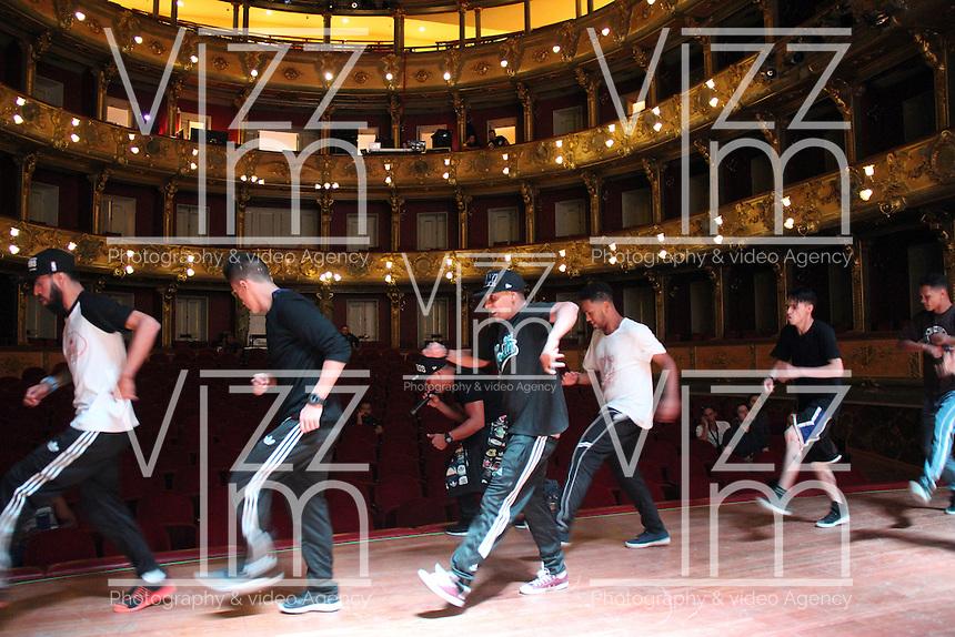 BOGOTA -COLOMBIA. 25-SEPTIEMBRE-2014. Bailarines  de breakdance del grupo paisa los Crew Peligrosos. Ensayo  del evento Red Bull 3 Mundos, un encuentro, donde lo ancestral de nuestros ritmos autoctonos, lo clasico del genero sinfonico y lo urbano del Hip Hop se unen para evidenciar el talento colombiano desde tres perspectivas diferentes que comparten una misma raiz.Teatro Colon de Bogotá. /  Breakdancers paisa group of the  Crew Peligrosos .Test Event Red Bull 3 worlds, a meeting, where autochthonous rhythms of our ancestral, the classics of the symphonic genre and urban Hip Hop come together to highlight the Colombian talent from three different perspectives who share a raiz.Teatro Colon Bogota. Photo: VizzorImage/ Felipe Caicedo / Staff