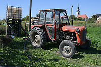 CROATIA, Osijek, dairy farm / KROATIEN, Osijek, Milchviehbetrieb, Familienbetrieb von , alter jugoslawischer Traktor IMT 539 zum Wasser pumpen