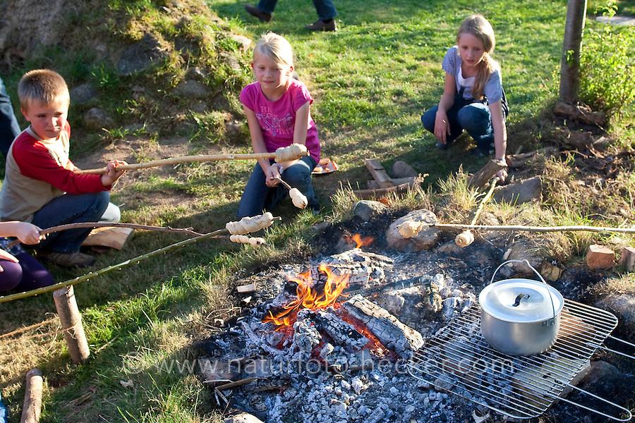 Über einem Lagerfeuer, Feuer wird Stockbrot, Stock-Brot gebacken, Outdoor