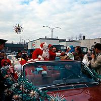 Le pre No'l sur le boulevard Dorchester (devenu RenŽ-LŽvesque) face l'Žglise Saint-Pierre-Ap™tre, 14 novembre 1964<br /> <br /> On y voit des camions Dupuis Frres
