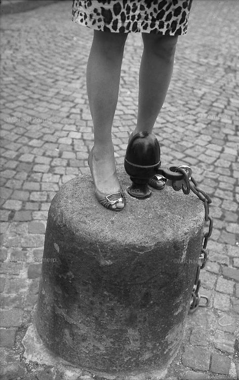 Paris (île de france)<br /> <br /> Femme debout près du sacré coeur.<br /> <br /> Woman standing near by sacré coeur.