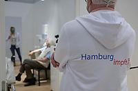 GERMANY, Hamburg, corona pandemic, largest vaccination center in germany, for daily max 7000 people / DEUTSCHLAND, Hamburg, Corona Pandemie, Impfzentrum der KVH und Sozialbehörde Hamburg in den Messehallen, groesstes Impfzentrum Deutschlands fuer bis zu 7000 Menschen taeglich, Impfung von alten Menschen, Impfkabine