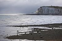 Europe/France/Picardie/80/Somme/Baie de Somme/Mers-les-Bains: la palge de galets et les hautes falaises de craie.