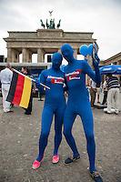 Kundgebung der rechtspopulistischen Alternative fuer Deutschland (AfD) am Freitag den 23. Mai 2014 vor dem Brandenburger Tor in Berlin zum Abschluss ihres Wahlkampf zur Europawahl 2014.<br />Zu der Kundgebung kamen ca. 200 Personen, von denen ca. die Haelfte Journalisten waren. Der Vorsitzende Bernd Lucke sprach ca 30 Minuten lang zu den Anwesenden und begab sich dann mit ausgewaehlten Parteimitgliedern in eine geheim gehaltene Gaststaette. Unterstuetzt wurde die Kundgebung von blau vermummten Partei-Aktivisten die Fahnen schwenten, Werbung verteilten und artistische Kunststuecke vorfuerhten.<br />Gegen die Veranstaltung protestierten etwa 250 Menschen mit Trillerpfeifen und Sprechchoeren.<br />23.5.2014, Berlin<br />Copyright: Christian-Ditsch.de<br />[Inhaltsveraendernde Manipulation des Fotos nur nach ausdruecklicher Genehmigung des Fotografen. Vereinbarungen ueber Abtretung von Persoenlichkeitsrechten/Model Release der abgebildeten Person/Personen liegen nicht vor. NO MODEL RELEASE! Don't publish without copyright Christian-Ditsch.de, Veroeffentlichung nur mit Fotografennennung, sowie gegen Honorar, MwSt. und Beleg. Konto: I N G - D i B a, IBAN DE58500105175400192269, BIC INGDDEFFXXX, Kontakt: post@christian-ditsch.de]
