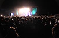 Das Festival With Full Force geht in die 18. Runde. 60 Bands aus der Hardcore-, Punk- und Metallszene haben sich auf dem haertesten Acker Deutschlands nahe Roitzschjora versammelt. Dazu gesellen sich nach Angaben der Veranstalter Sven Borges, Mike Schorler und Roland Ritter fast 30000 Besucher aus aller Welt. Drei Tage lassen die Bands ihre stromgestaehlten Gitarren gluehen und pusten per Mega-Boxenwand das Gras von der Landebahn des Sportflugplatzes. im Bild: Die WFF-Mega-Buehne.  Foto: Alexander Bley