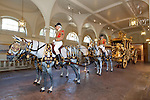 United Kingdom, London: Model horses and Liverymen drawing the Gold State Coach inside the Royal Mews at Buckingham Palace. Built in 1762 for King George 3rd. | Grossbritannien, England, London: goldene Staatskarosse in den Royal Mews des Buckingham Palace, gebaut 1762 fuer Koenig George III., Pferde und Reiter sind Modelle