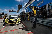 #57 Heinricher Racing w/Meyer Shank Racing Acura NSX GT3, GTD: Katherine Legge, Christina Nielsen, pit stop