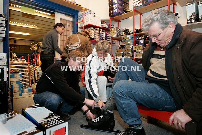 Apeldoorn. 050109<br />Bij schaatsverkoper Jaap van Bethum (broer van Evert) zijn de schaatsen niet aan te slepen met de koude dagen die komen..<br />Foto: Sjef Prins - APA Foto