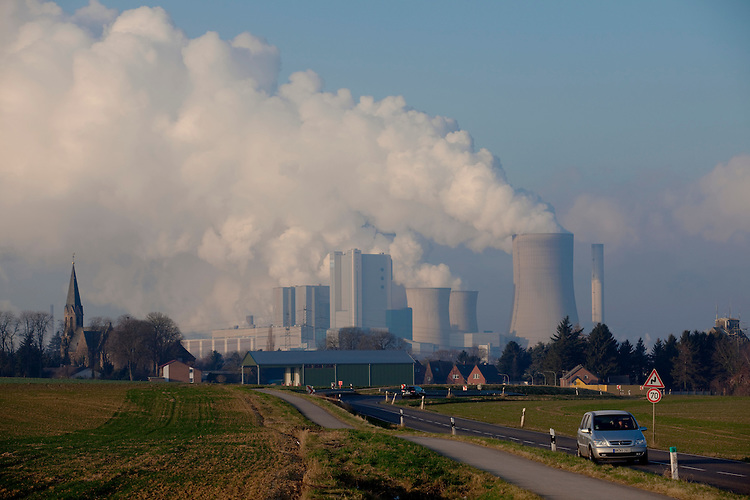 Europa, DEU, Deutschland, Nordrhein Westfalen, NRW, Rheinland, Niederrhein, Niederaussem, Kraftwerk, Braunkohlekraftwerk, Kuehltuerme, Dampf, Rauch, Wasserdampf, Auto, Verkehr, Strassenverkehr, Kategorien und Themen, Energie, Konventionelle Energien, Energien, Konventionell, Strom, Konventionelle Energieerzeugung, Stromerzeugung, Energieversorgung, Energiewirtschaft, Versorgung, Stromversorgung, Luft, Atemluft, Atmosphaere, Klima, Klimaschutz, Klimawandel, Erdklima, Atmosphaerisch, Erderwaermung, Treibhausgase, Treibhauseffekt....[Fuer die Nutzung gelten die jeweils gueltigen Allgemeinen Liefer-und Geschaeftsbedingungen. Nutzung nur gegen Verwendungsmeldung und Nachweis. Download der AGB unter http://www.image-box.com oder werden auf Anfrage zugesendet. Freigabe ist vorher erforderlich. Jede Nutzung des Fotos ist honorarpflichtig gemaess derzeit gueltiger MFM Liste - Kontakt, Uwe Schmid-Fotografie, Duisburg, Tel. (+49).2065.677997, ..archiv@image-box.com, www.image-box.com]