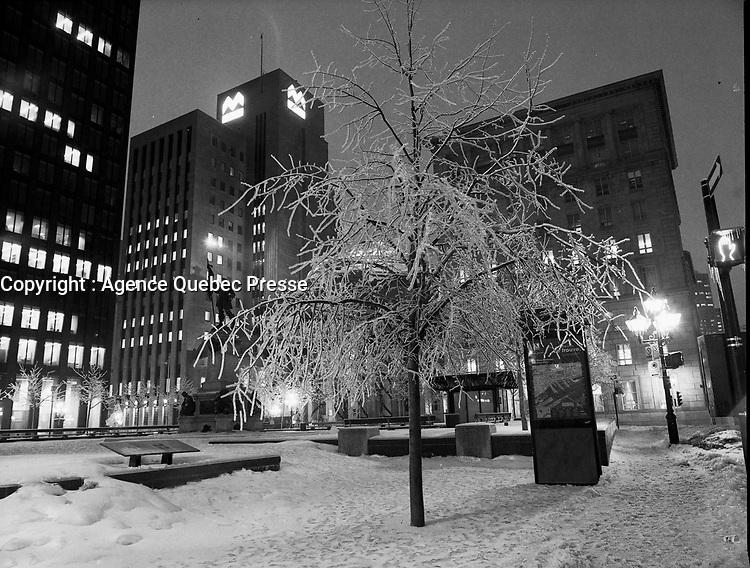 le jour avant La crise du verglas en janvier 1998<br /> au centre-villle de Montreal<br /> <br /> PHOTO : Agence Quebec Presse - Pierre Roussel