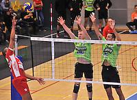 Volley Team Menen - Hotvolleys Wenen : Ricardo Serafim (links) smasht in het blok van Menen met Dragan Radovic (rechts) en Daan Van Haarlem (midden)<br /> foto VDB / Bart Vandenbroucke