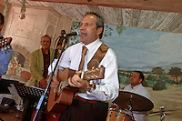 "Europe/France/Provence-Alpes-Côte d'Azur/84/Vaucluse/Lourmarin : Guy Sammut le mari de Reine en chanteur Rock et Jazzy dans son Bistrot ""La Cour de Ferme"" route de Cadenet [Non destiné à un usage publicitaire - Not intended for an advertising use]"