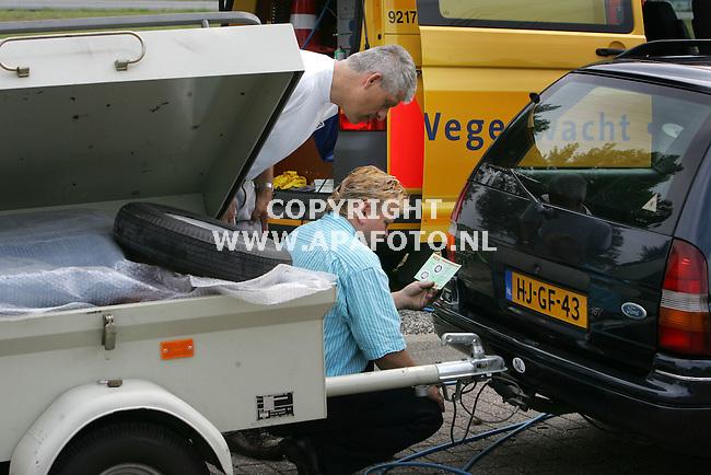 duiven 010705 caavancontrole anwb,wegenwacht<br />Samen met wegenwacht en gebruiksaanwijzing worden problemen met de verlichting van de aanhangervoor de reis opgelost.<br />Foto Frans Ypma APA-foto