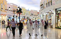 QATAR, Doha, Aspire Zone, Villaggio climatized shopping mall with Venice theme imitation / KATAR, Doha, klimatisierte Villaggio shopping mall mit Venedig Imitation