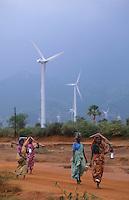 INDIA, Tamil Nadu, Kanyakumari, Cape Comorin, Muppandal, windfarm with wind turbine, women on their way home after farm work / INDIEN Kanniyakumari, Kap Komorin, Windpark mit Windkraftanlagen, Frauen auf Weg vom Feld nach Hause