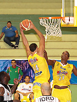 BUCARAMANGA -COLOMBIA, 26-03-2013. Hernández Villamil y John Ortiz de Búcaros tratan de ganar el rebote durante partido de la fecha 20 de la Liga DirecTV de baloncesto profesional colombiano disputado en la ciudad de Bucaramanga. / Hernández Villamil and John Ortiz try to win the rebound during  game of the date 20 of the DirecTV League of professional Basketball of Colombia at Bucaramanga city. (Photo:VizzorImage / Jaime Moreno / STR)..........