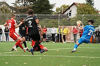 Yannik Brehm (Geinsheim) schießt das 0:1 gegen Torwart Stefano Francioso (Büttelborn) - Büttelborn 03.10.2021: SKV Büttelborn vs. SV 07 Geinsheim, Gruppenliga
