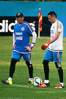 BARRANQUILLA - COLOMBIA - 05-10-2015: David Ospina (Der)  guardameta de la seleccion Colombia de futbol durante el primer entrenamiento en el Polideportivo de la Universidad Autonoma del Caribe antes de su encuentro contra  la seleccion del Perú por la calsificación a la Copa Mundial de la FIFA Rusia 2018.  / David Ospina (R) goalkeeper of the Soccer Colombia Team during the first training at Polideportivo of the Universidad Autonoma del  Caribe before match against of Peru Soccer team for the qualifying to 2018 FIFA World Cup Russia.<br /> Russia. Photo: VizzorImage / Alfonso Cervantes / Cont