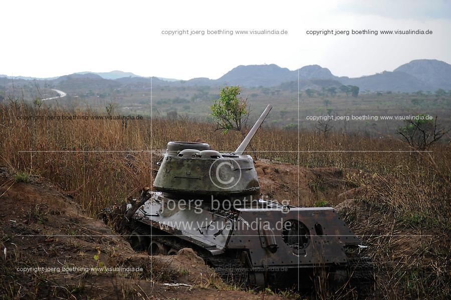 ANGOLA Panzerwrack aus dem Buergerkrieg 1975 - 2002 zwischen MPLA und UNITA bei Quibala, einige Landstriche sind immer noch vermint und lassen keine Landwirtschaft zu / ANGOLA old military tank from civil war between MPLA and UNITA near Quibala, some areas have land mines and make agriculture impossible